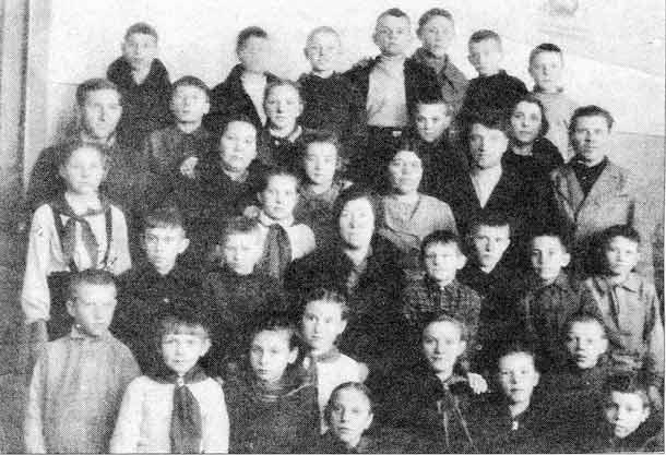 Учителя и ученики 5 класса Красной школы. 1946 год.