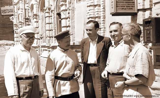 М.А. Шолохов (второй слева)
