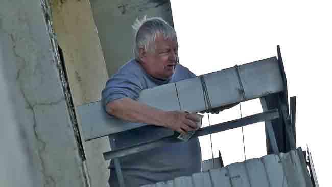 Дед, пенсионер, балкон
