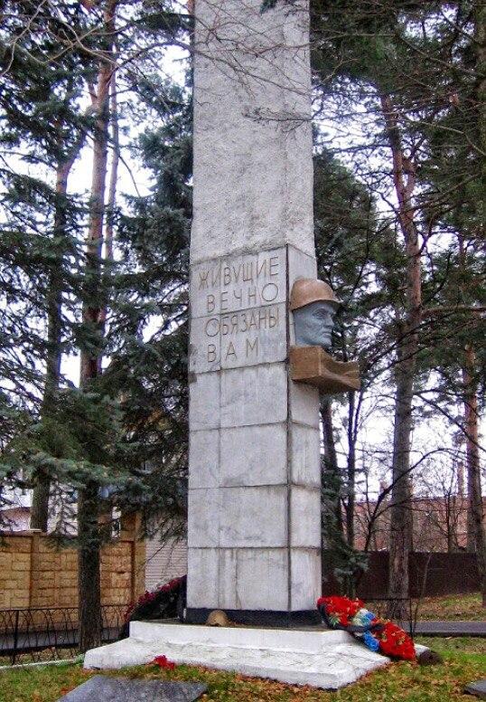 обелиск у чоботовской школы